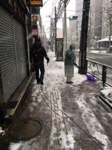 雪かきしてますね